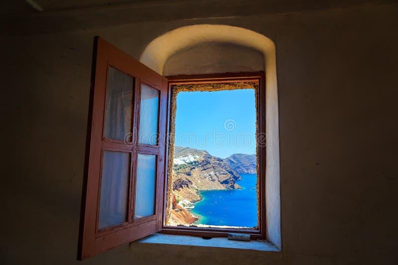 Vista dalla vecchia finestra della chiesa su OIA e sul mare, Santorini, Grecia fotografia stock