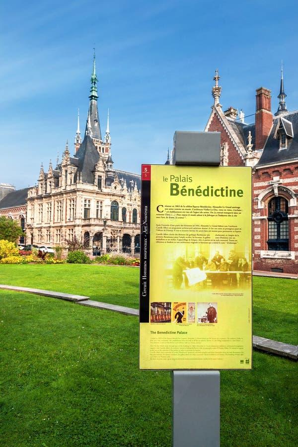 Vista dalla via sul Palais Bénédictine con gli edifici attigui ed il giardino, fotografia stock libera da diritti