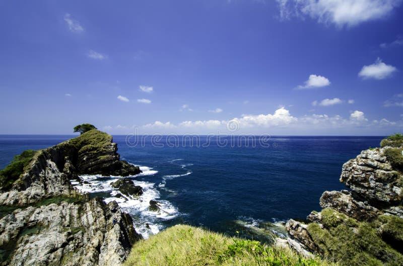 Vista dalla vista superiore della collina, isola tropicale circondata dal chiaro fondo del cielo blu e dell'acqua al giorno soleg immagine stock libera da diritti