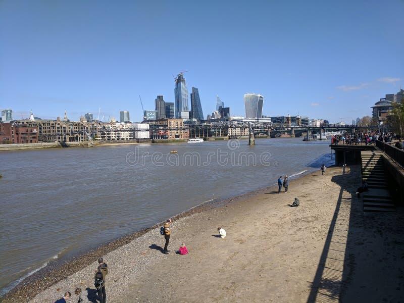 Vista dalle armi dei fondatori verso la città di Londra sulla mattina soleggiata 2019 di aprile immagine stock