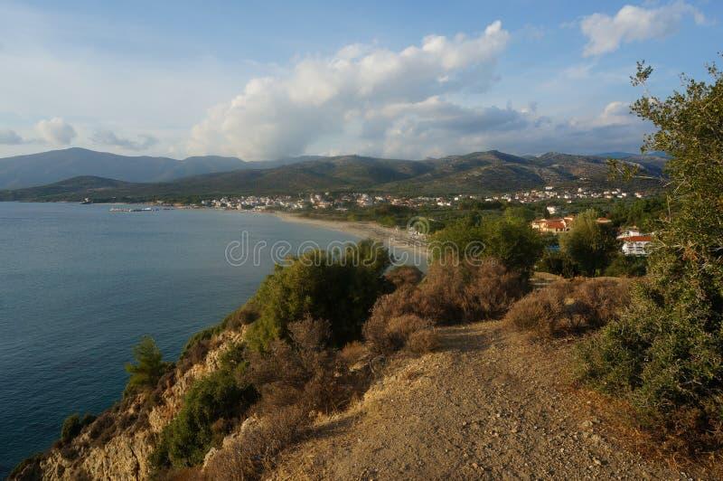 Vista dalle montagne sulla costa immagini stock libere da diritti