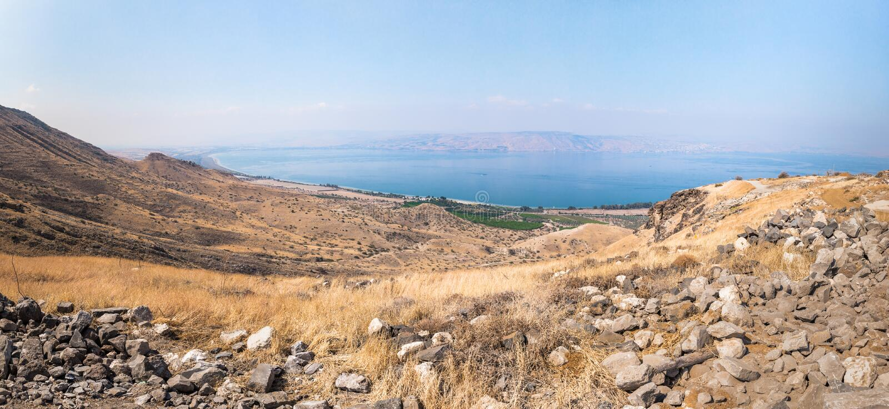 Vista dalle rovine del Greco - città romana dello III secolo BC - l'ANNUNCIO del VIII secolo Hippus - Susita a Golan Heights, Isr fotografia stock libera da diritti