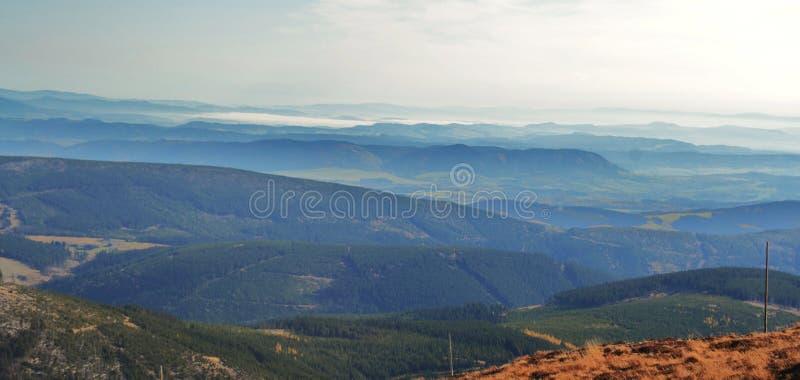 Vista dallo Snezka nelle montagne giganti fotografie stock