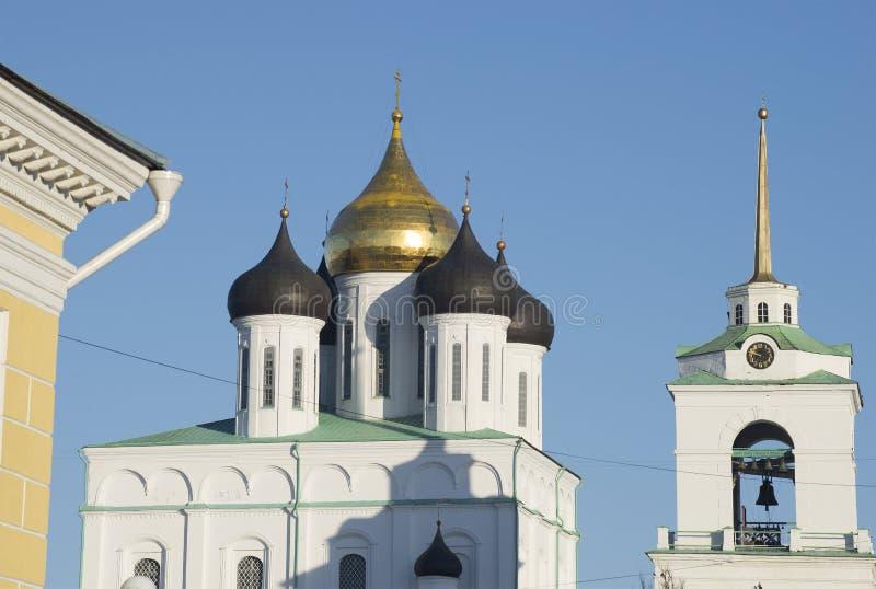 Vista das abóbadas da catedral da trindade Pskov imagem de stock royalty free