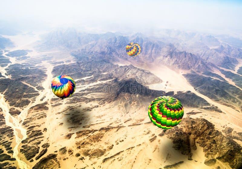 Vista das alturas do voo sobre balões de ar quente das montanhas foto de stock royalty free