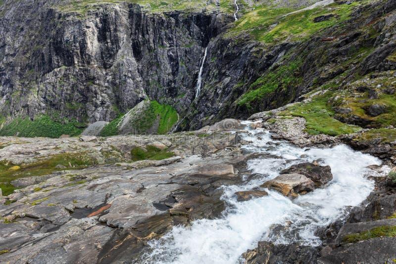 a vista das cachoeiras pesca à linha a estrada Trollstigen imagem de stock royalty free