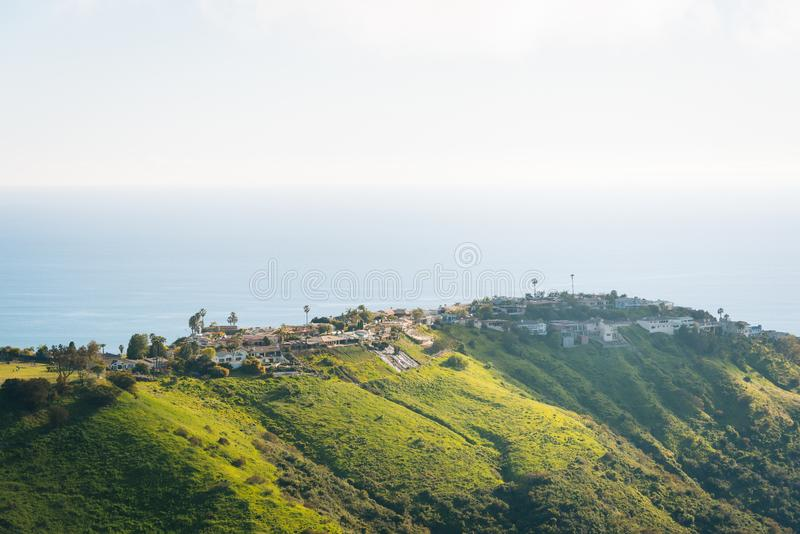 Vista das casas, de montes verdes, e do Oceano Pacífico da parte superior do mundo, no Laguna Beach, Califórnia foto de stock royalty free