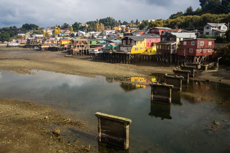 Vista das casas dos palafitos na cidade de Castro na ilha de Chiloe, detalhe da cor e construção fotografia de stock