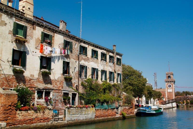 Vista das casas e da rua do canal com a ponte no arsenal velho Veneza Itália da cidade fotografia de stock