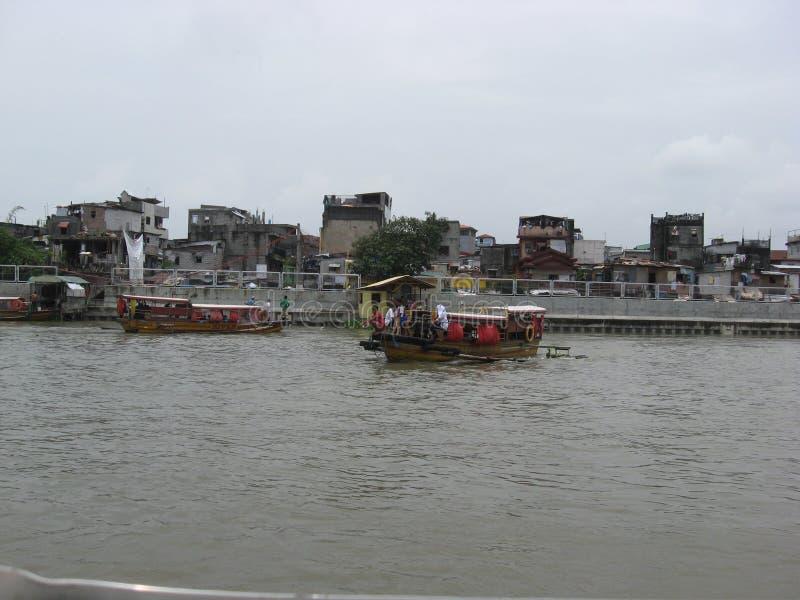 Vista das casas e do ferryboat ao longo do rio de Pasig, Manila, Filipinas foto de stock royalty free