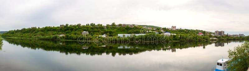 Vista das casas no banco de rio imagem de stock
