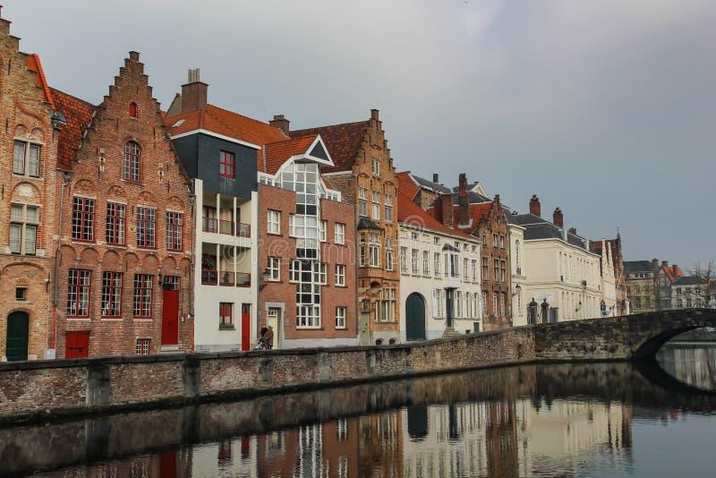 Vista das casas velhas na terraplenagem do rio na cidade de Ghent em Bélgica fotografia de stock royalty free