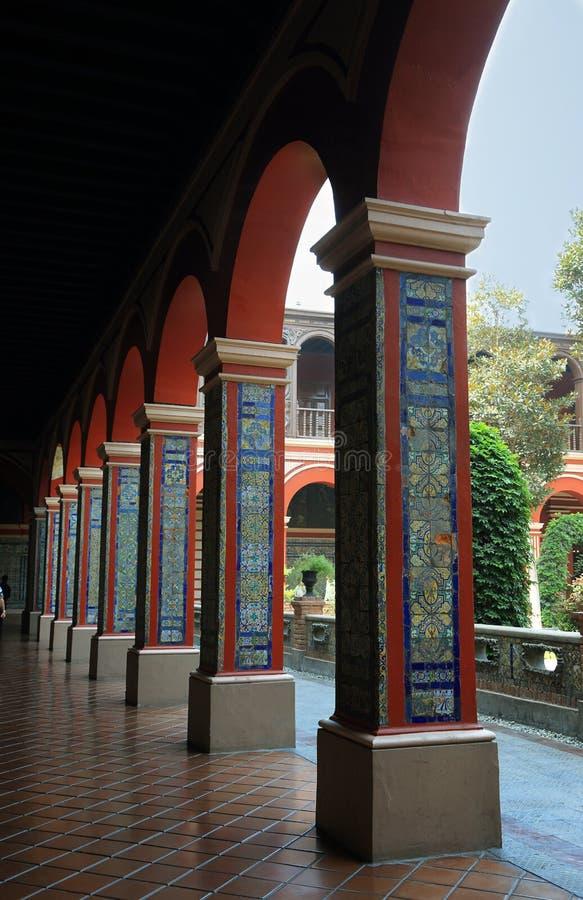 Vista das colunas do primeiro claustro do convento de Santo Domingo imagens de stock