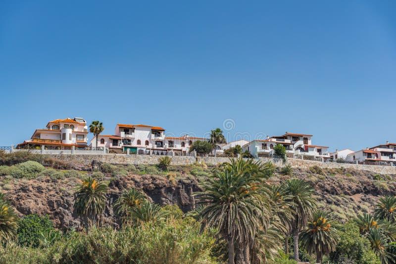 Vista das construções na parte superior do penhasco, Puerto de Las Nieves, Las Palmas, Gran Canaria, Espanha Copie o espa?o para  foto de stock royalty free