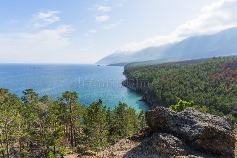 A vista das costas íngremes de Baikal fotografia de stock