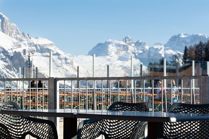 Vista das dolomites de um café na estância de esqui foto de stock royalty free