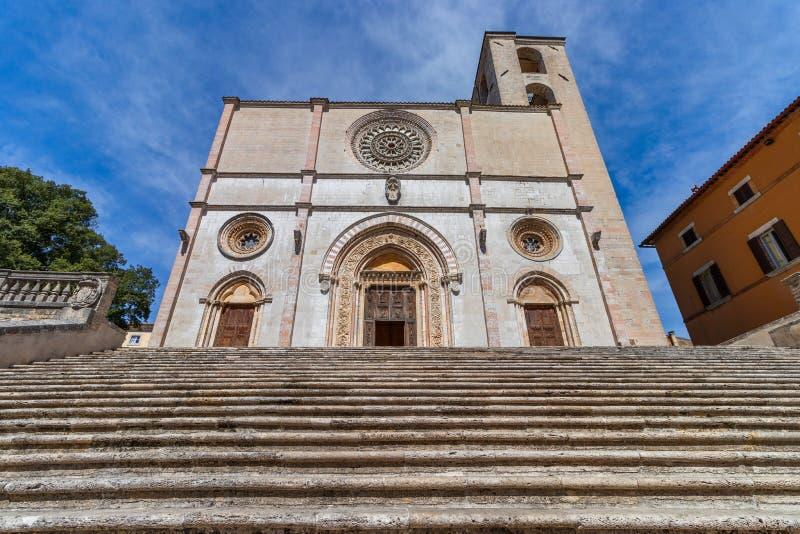 Vista das escadas da fachada e do mármore o da catedral gótico foto de stock