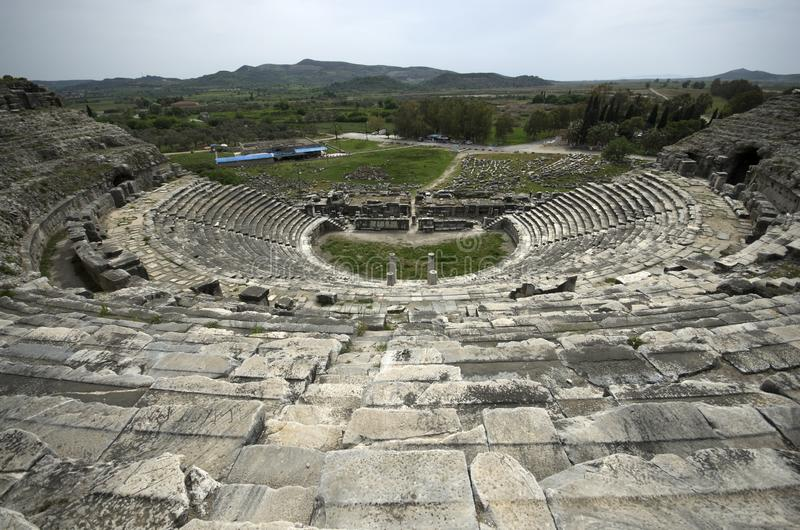 Vista das escadas superiores de ruínas antigas do teatro de Miletus imagens de stock royalty free