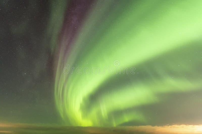 Vista das Fortes Luzes do Norte e do fenômeno atmosférico 'STEVE' encontra-se na Via Látea Steve aparece como uma luz roxa e verd imagens de stock royalty free