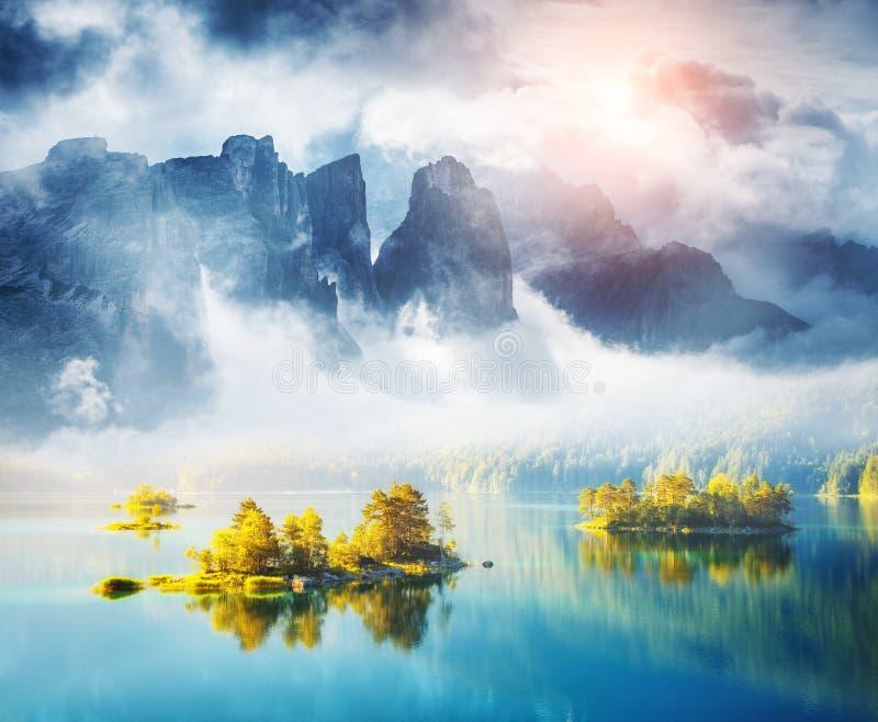 Vista das ilhas e da água de turquesa no lago Eibsee, bávara imagem de stock