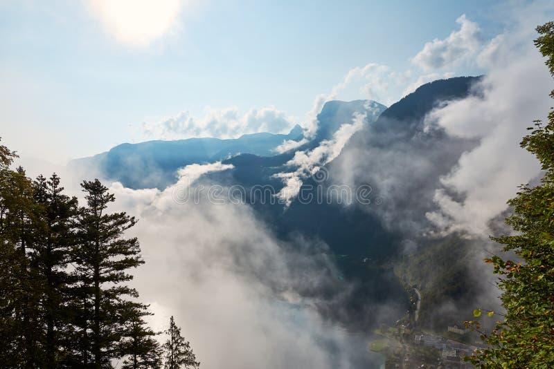 Vista das montanhas, da floresta e do céu azul com as nuvens no vi fotografia de stock