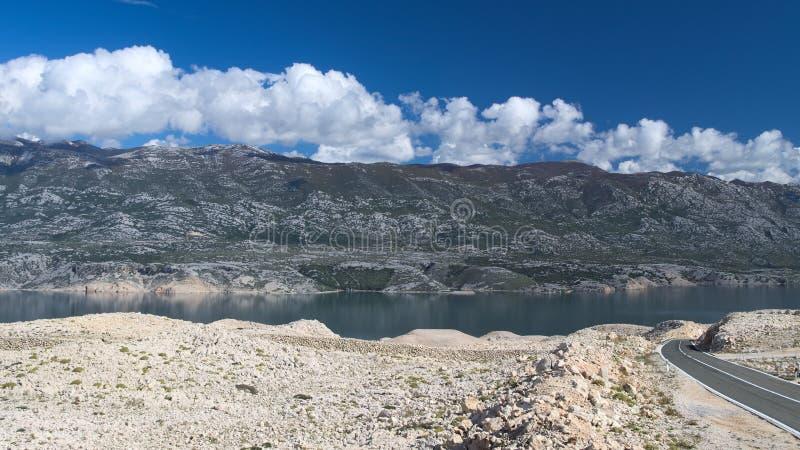 Vista das montanhas de Velebit da ilha do Pag foto de stock