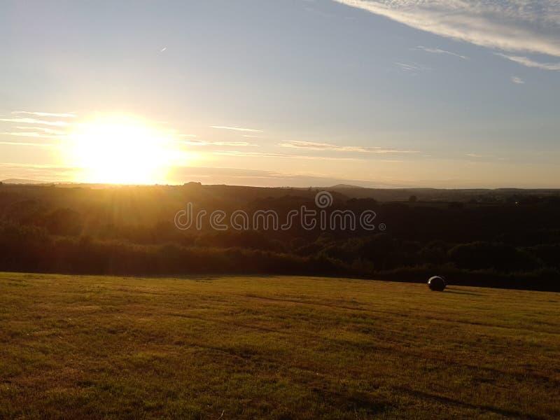 Vista das montanhas do preseli no crepúsculo com bal do feno imagens de stock