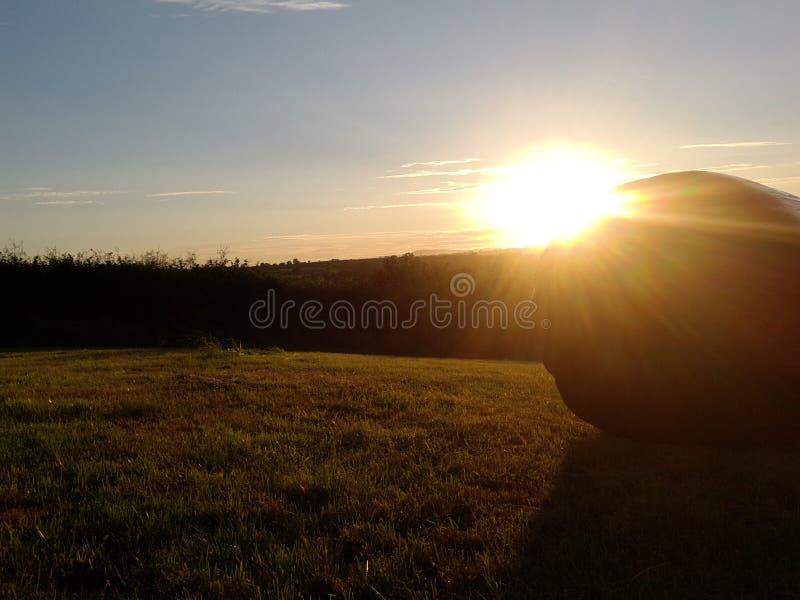 Vista das montanhas do preseli no crepúsculo com bal do feno foto de stock