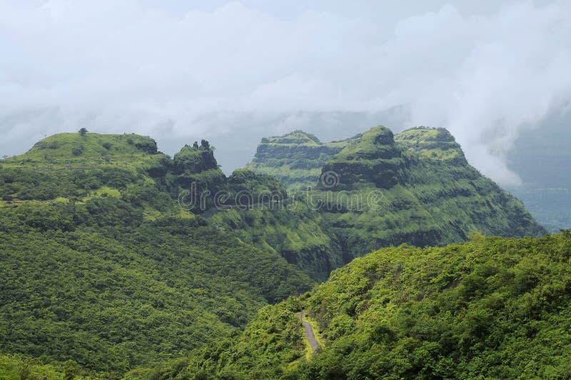 Vista das montanhas e das estradas no ghat de Varandha, Pune imagens de stock royalty free