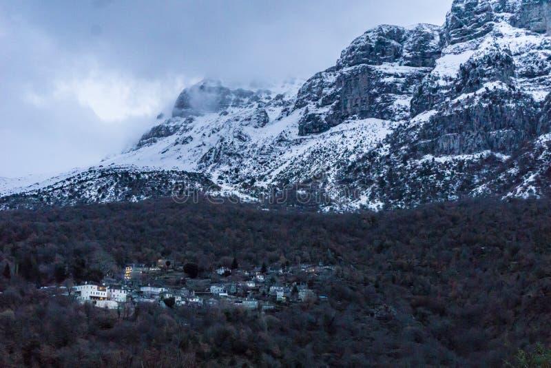 Vista das montanhas nevadas da vila do papigo do mikro de Zagorochoria em Epirus Grécia imagem de stock royalty free