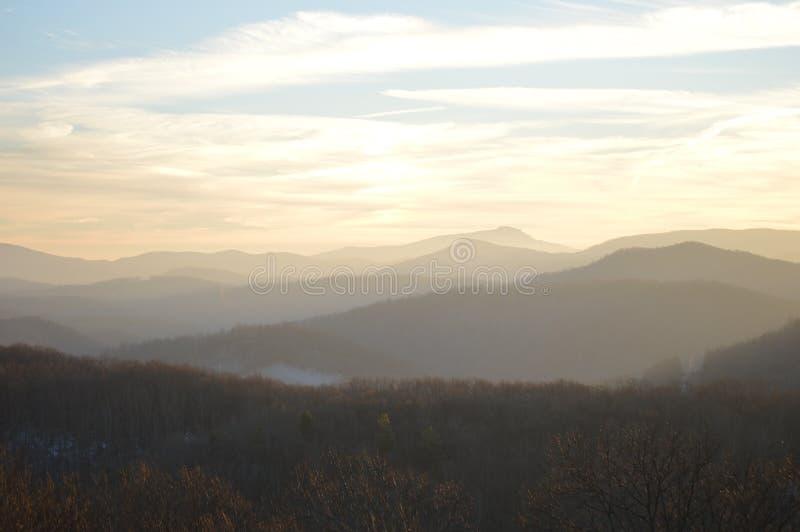 A vista das montanhas no nascer do sol foto de stock
