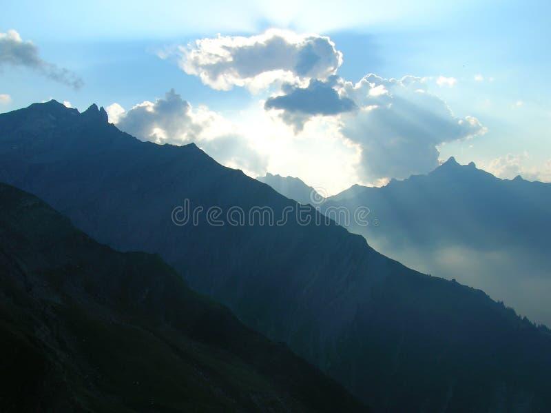 Vista das montanhas nos cumes suíços imagem de stock