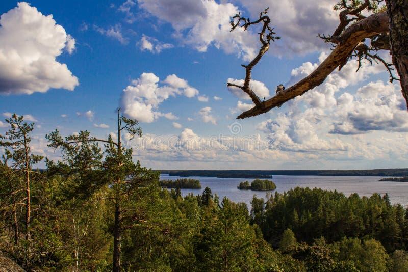 Vista das montanhas a um lago bonito imagens de stock royalty free