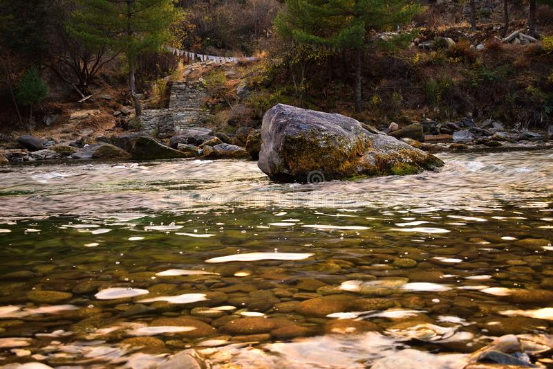 Vista das moradias densamente embaladas nos bancos do rio Paro Chu em Thimphu, But?o Paro ? o segundo - a cidade a maior em But?o imagem de stock royalty free