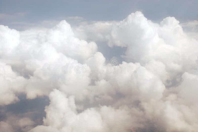 Vista das nuvens de um avião foto de stock