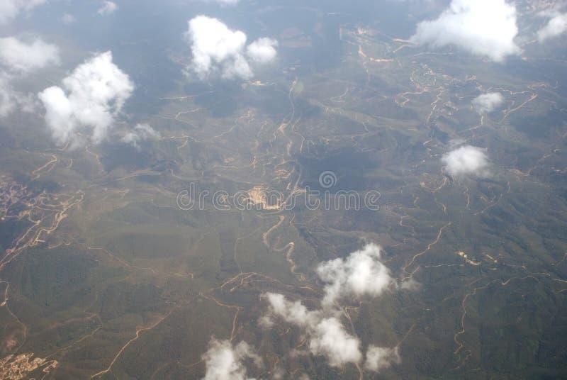 Vista das nuvens e da terra de cima de imagens de stock royalty free