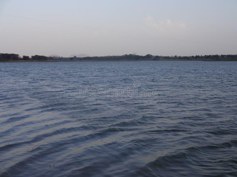 Vista das ondinhas e da onda na água do rio fotos de stock royalty free