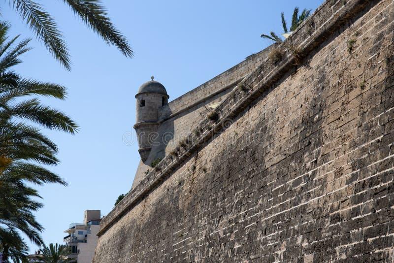 Vista das paredes antigas da fortaleza Bastió de Sant Pere, Palma de Mallorca, Espanha fotografia de stock royalty free