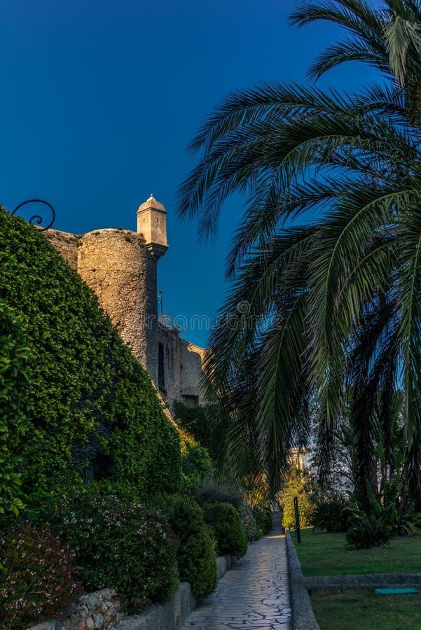 Vista das paredes em torno dos penhascos de Mônaco foto de stock royalty free