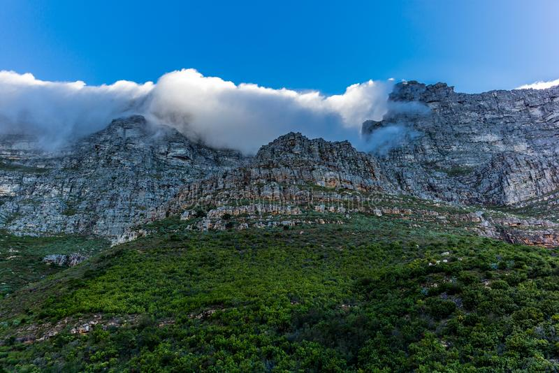 Vista das paredes rochosas íngremes da montanha da tabela em Cape Town - 3 fotos de stock