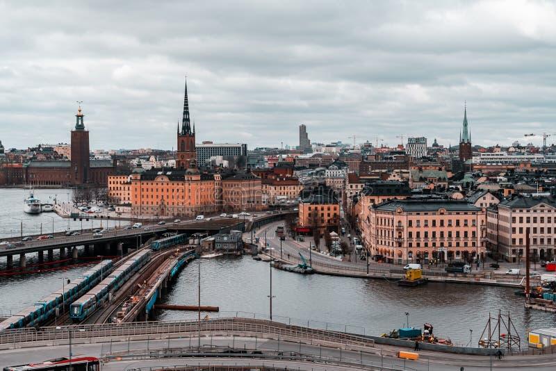 Vista das pontes a Riddarholmen e da baixa da cidade do tráfego de Slussen nas ruas fotografia de stock royalty free