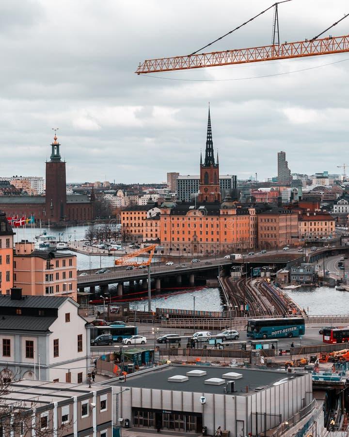 Vista das pontes a Riddarholmen e da baixa do tráfego de Slussen nas ruas foto de stock royalty free