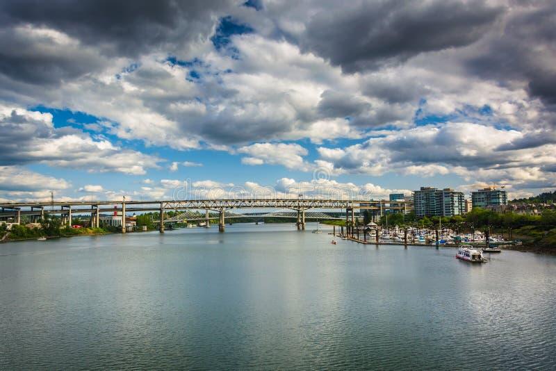 Vista das pontes sobre o rio de Williamette em Portland fotografia de stock royalty free