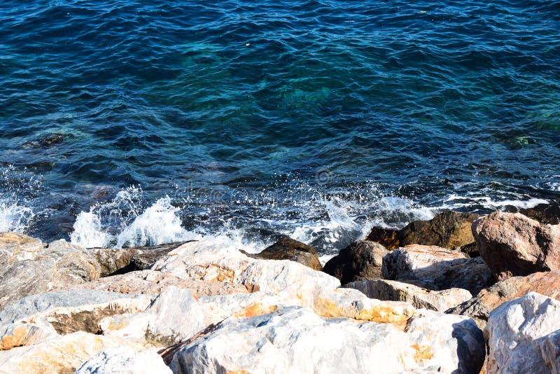 Vista das rochas no mar fotografia de stock