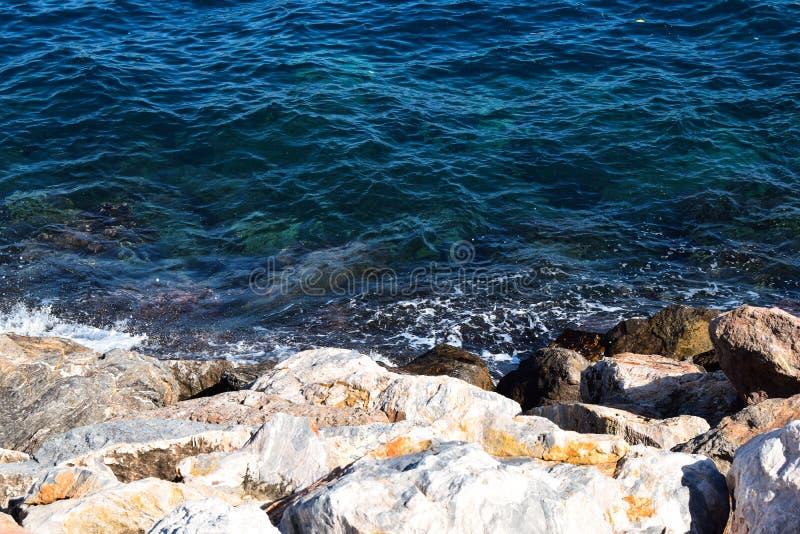 Vista das rochas no mar imagem de stock