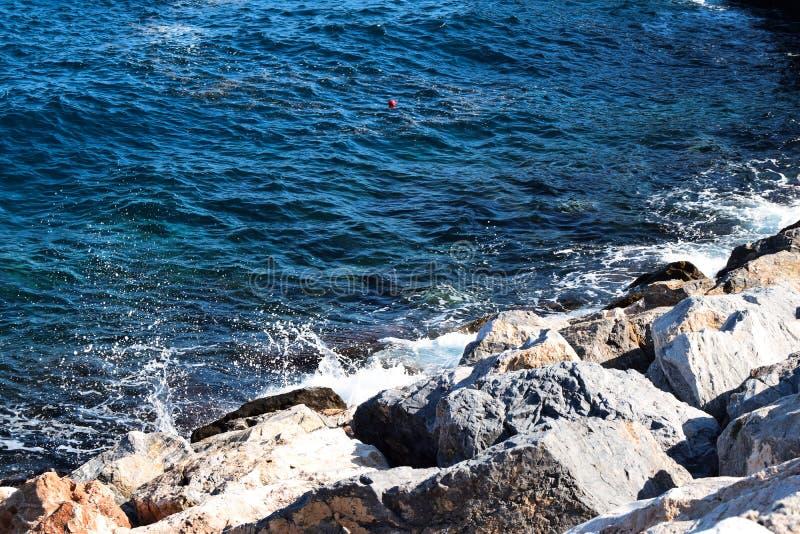 Vista das rochas no mar imagens de stock