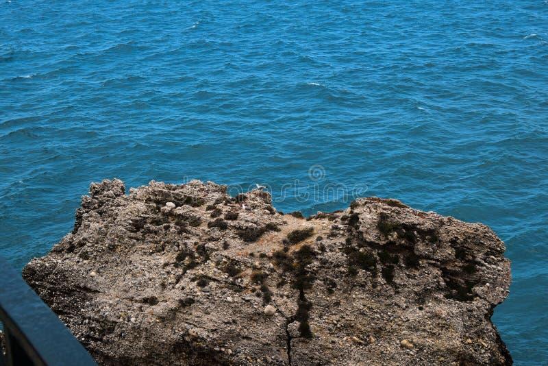 Vista das rochas no mar fotos de stock