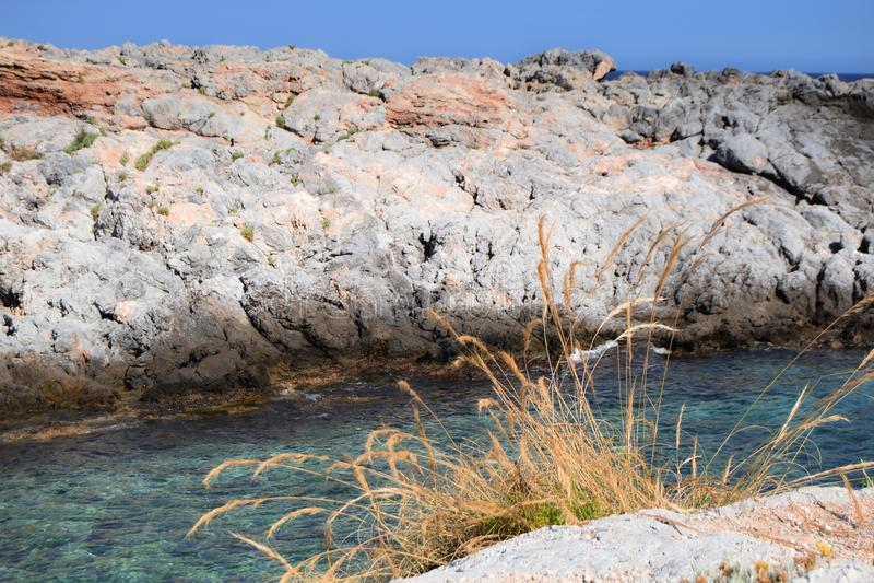 Vista das rochas no mar fotos de stock royalty free