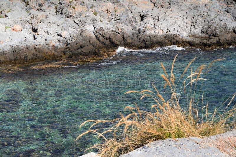 Vista das rochas no mar fotografia de stock royalty free
