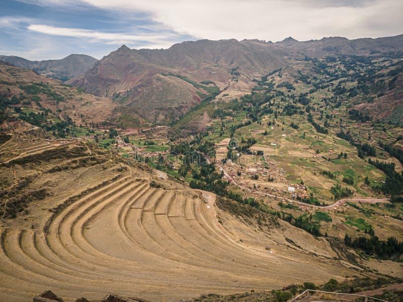 Vista das ruínas do Inca de Pisac no Peru Terraços do cultivo do Inca foto de stock